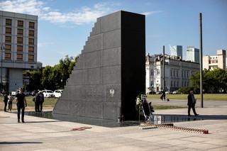 Praca w Orlenie dla urzędnika za współpracę przy budowie pomnika smoleńskiego?