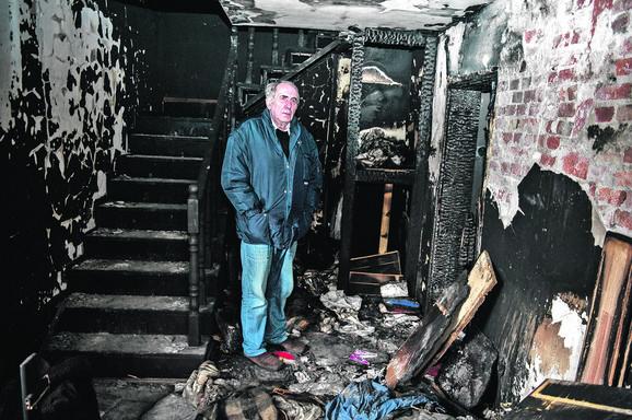 Napadi na novinare u fokusu izveštaja za Srbiju (na slici: Milan Jovanović, novinar iz Grocke, u svom  zapaljenom domu)
