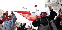 Białoruś. Cztery lata więzienia za rzucanie kwiatami w milicję