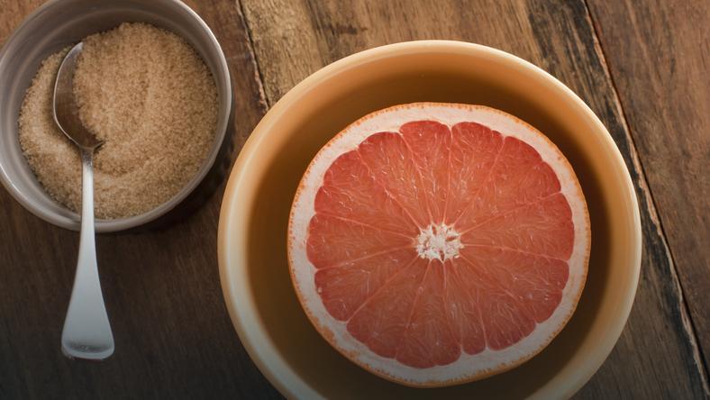 Domowy środek do czyszczenia wanny i kafelków. Tylko dwa składniki: grejpfrut i sól