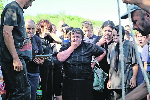 Neutešne: Baka Dušanka i majka Danijela na sahrani male Anđeline