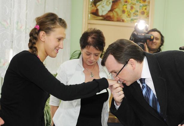 Zbigniew Ziobro przywitał się z członkinią Komisji Wyborczej.