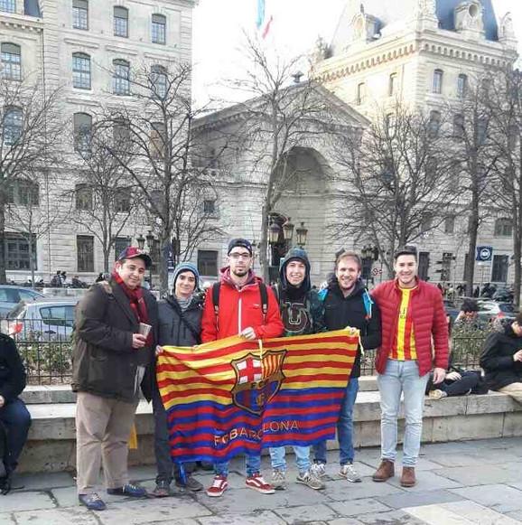 Navijači Barselone spremaju se ispred katedrale Notr Dam za polazak na utakmicu