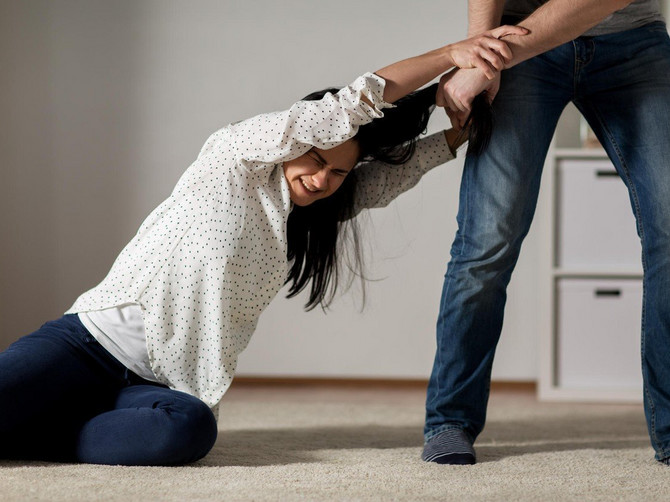 """Muž me je IZJURIO IZ KUĆE, urlajući za mnom da sam """"pi*ka"""": Komšinice su gledale SA TERASE a jedan njihov POKRET mi je preokrenuo život"""