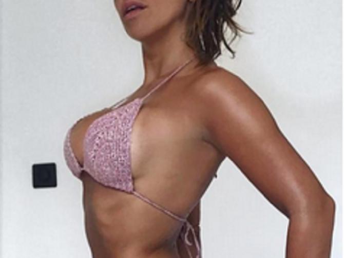 Naša pevačica ne prestaje da se hvali telom u bikiniju: Donji deo ima SEKSI DETALJ koji je ovog leta hit na plažama!