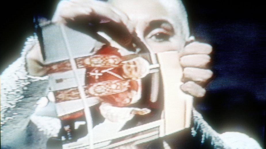 Sinead O'Connor w 1992 r. podarła na wizji zdjęcie Jana Pawła II