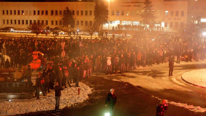 Przed siedzibą Jastrzębskiej Spółki Węglowej zebrało się wieczorem kilkaset osób