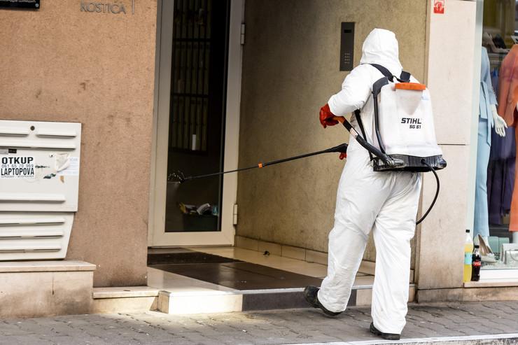 Novi Sad46 dezinfekcija ulaza i haustora zbog korona virusa foto Nenad Mihajlovic
