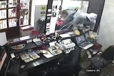 HIT SNIMAK PLJAČKE Naoružan upao u menjačnicu, čekićem razbio izlog da bi dohvatio novac, a nije očekivao da će ga OVAKO UHVATITI (VIDEO)