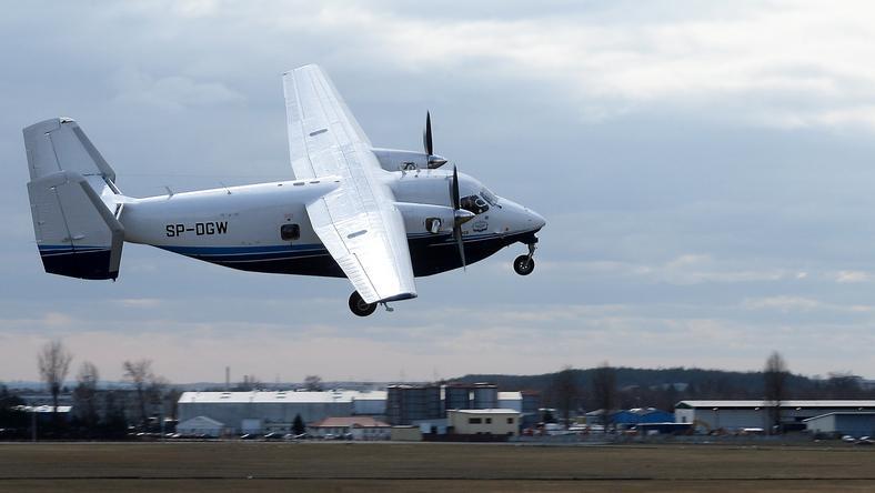 Samolot M28 podczas startu na lotnisku w Mielcu