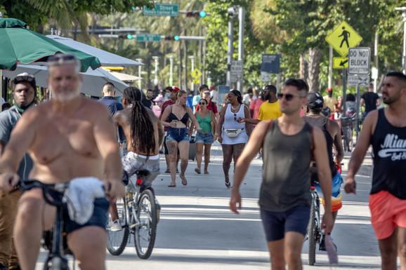 Kao da ništa nije bilo - prizor iz Majami Biča, Florida, 26. juna