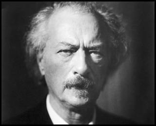 Wystawa 'Ignacy Jan Paderewski. Służyć będę aż do śmierci' przed Kordegardą
