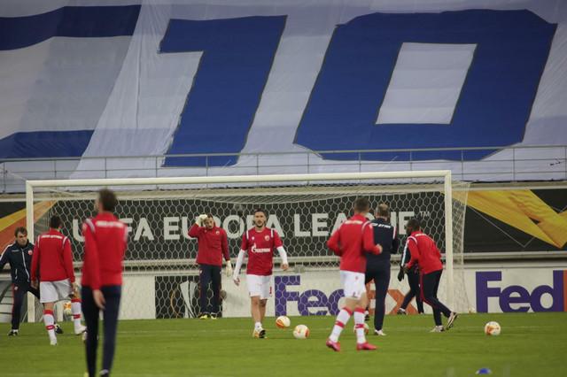 "Detalj sa zagrevanja pred utakmicu Gent - FK Crvena zvezda, sa ""Maradoninom desetkom"" na tribinama"