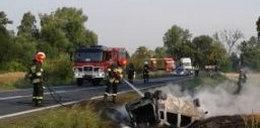 Samochód wypadł z drogi. Doszczętnie spłonął