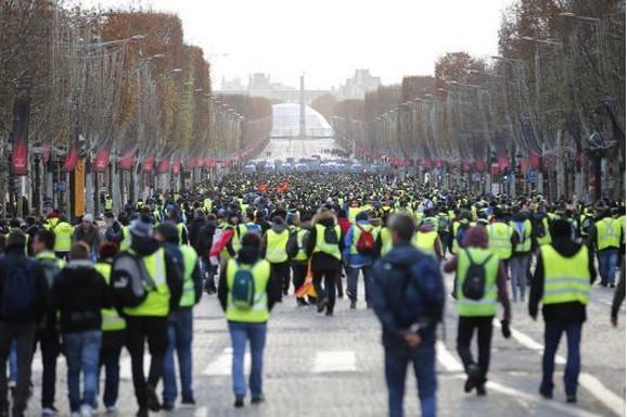 Demonstranti krenuli ka Jelisejskim poljima