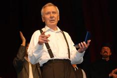 "Vlastimir Đuza Stojiljković sa nagradom ""Zoranov brk"""