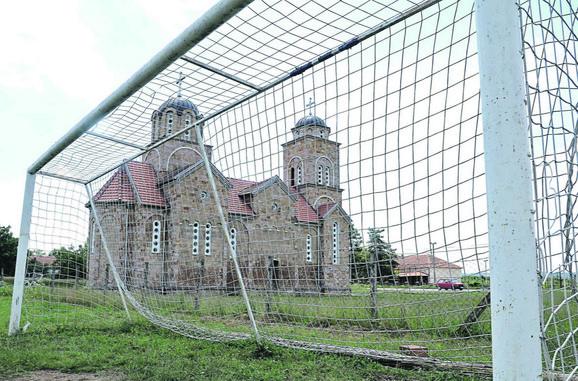 Seoska crkva i napušteno sportsko igralište