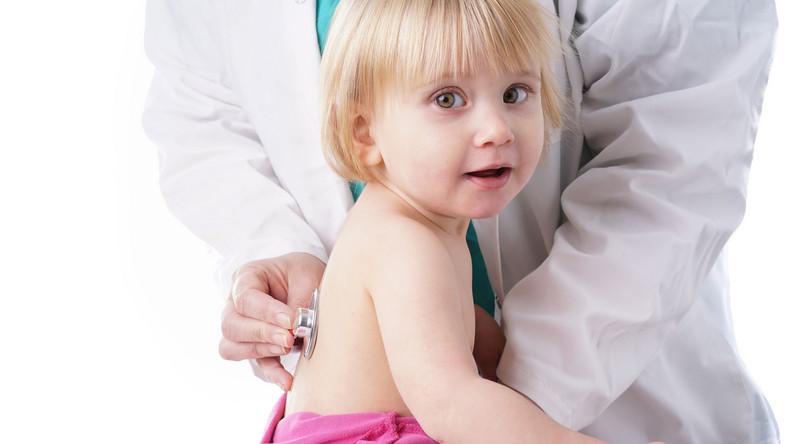 Lekarz osłuchuje płuca dziecka