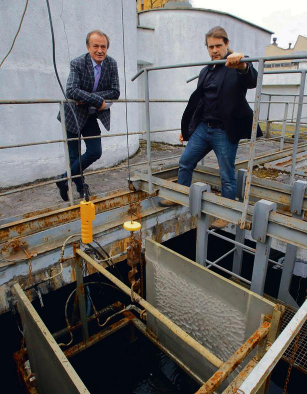 Wodna pompa ciepła i jej twórcy (od lewej) prof. Bogusław Zakrzewski i dr Wojciech Tuchowski