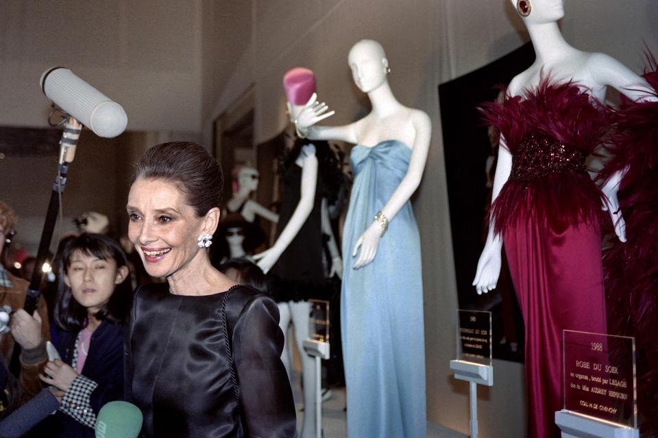 Audrey Hepburn podczas pokazu Givenchy w 1991 r.