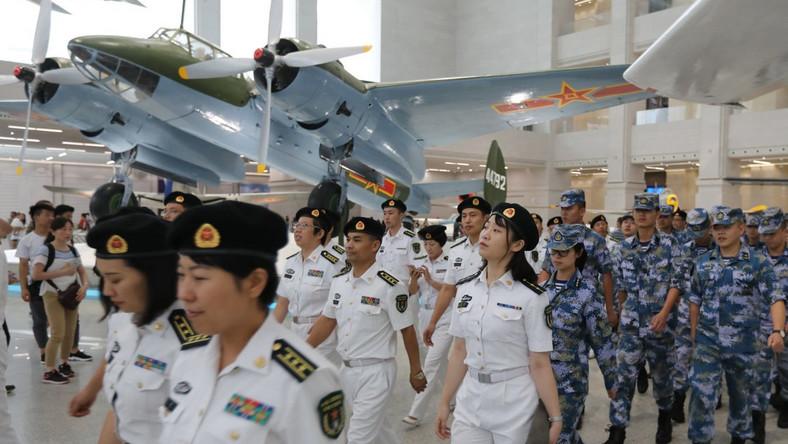 Żołnierze Chińskiej Armii Ludowo-Wyzwoleńczej na wystawie sprzętu wojskowego. Chińczycy mają największą armię na świecie pod względem liczebności. Służy w niej ponad 2 miliony żołnierzy. W przypadku zagrożenia Chińczycy są w stanie zmobilizować nawet 7 milionów żołnierzy.