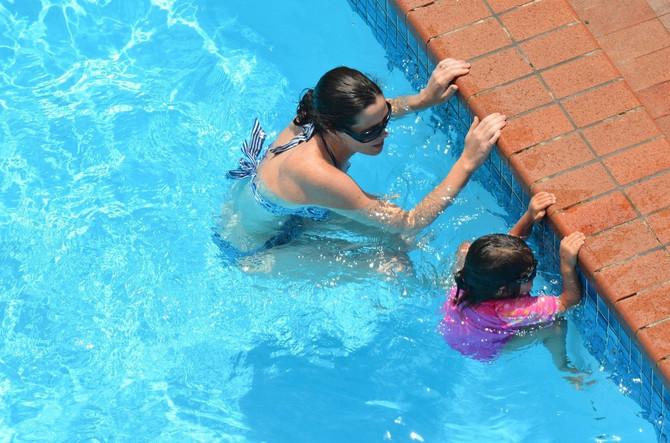 Priručnik koji roditelji treba da znaju od A do Š: Šta sve roditelji dece od 1 do 4 godine moraju da imaju na umu kada se deca kupaju u bazenu?