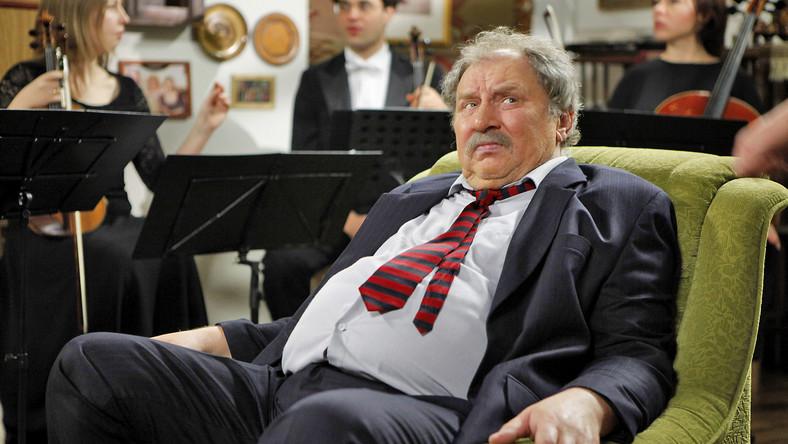 """PWST w Krakowie ukończył w 1974 roku, ale największą popularność zyskał dopiero dzięki roli Ferdynanda Kiepskiego w komedii """"Świat według Kiepskich"""", której pierwszy odcinek wyemitowano w 1999 r."""