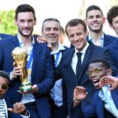DOČEK KAKAV SE NE VIĐA SVAKI DAN Makron ugostio reprezentativce Francuske u predsedničkoj palati