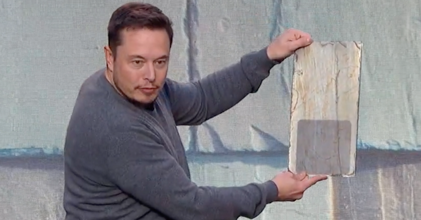 Elon Musk prezentuje dachówkę solarną Tesli