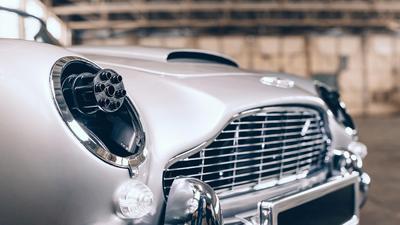 Filmowy Aston Martin DB5 dla juniora. Ma obrotowe tablice i działka, ale cena zwala z nóg