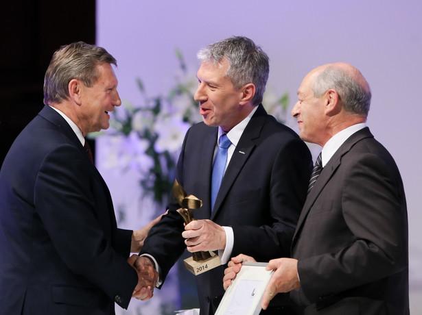 Leszek Balcerowicz odbiera nagrodę z rąk członka Rady Głównej Konfederacji Lewiatan Henryka Orfińskiego PAP/Paweł Supernak
