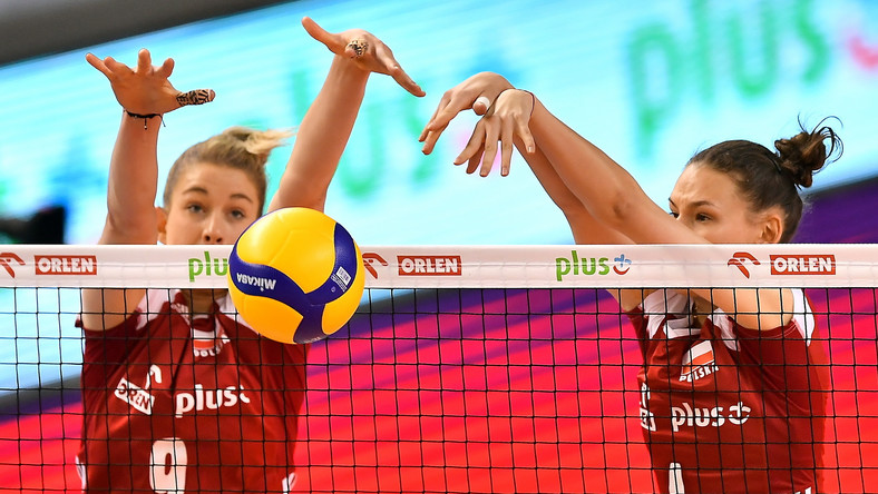 Magdalena Stysiak (L) i Weronika Centka (L) podczas sparingowego meczu siatkarek z Czechami