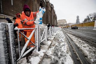 5 cm śniegu sparaliżowało Rzym i 'podzieliło Włochy. Mimo odśnieżarek za milion euro