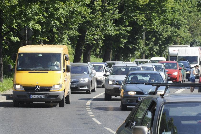 Na al. Kochanowskiego we Wrocławiu auta stoją w korku