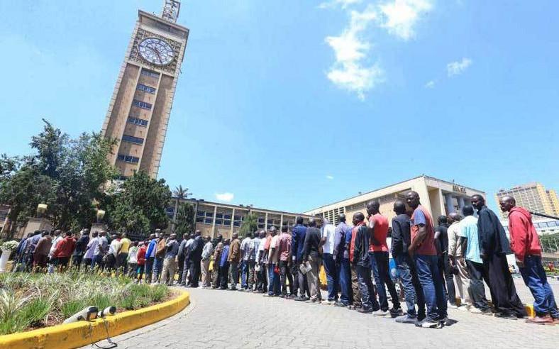 Kenyans queuing body of the late retired president Daniel Moi