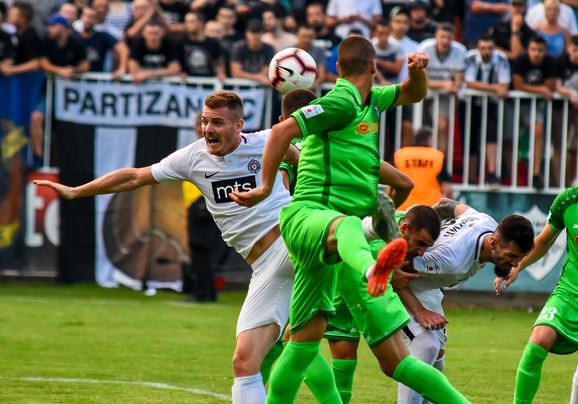 Fudbaleri Inđije na meču sa Partizanom