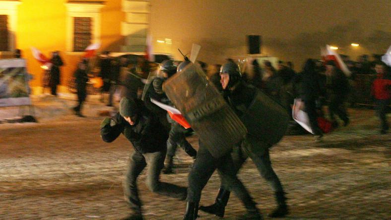 Atak na działaczy Solidarności. Inscenizacja zajść z czasów stanu wojennego w Warszawie, odegrana w grudniu 2010 roku