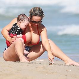Coco Austin z córką na plaży. Jej piersi są większe niż arbuzy!