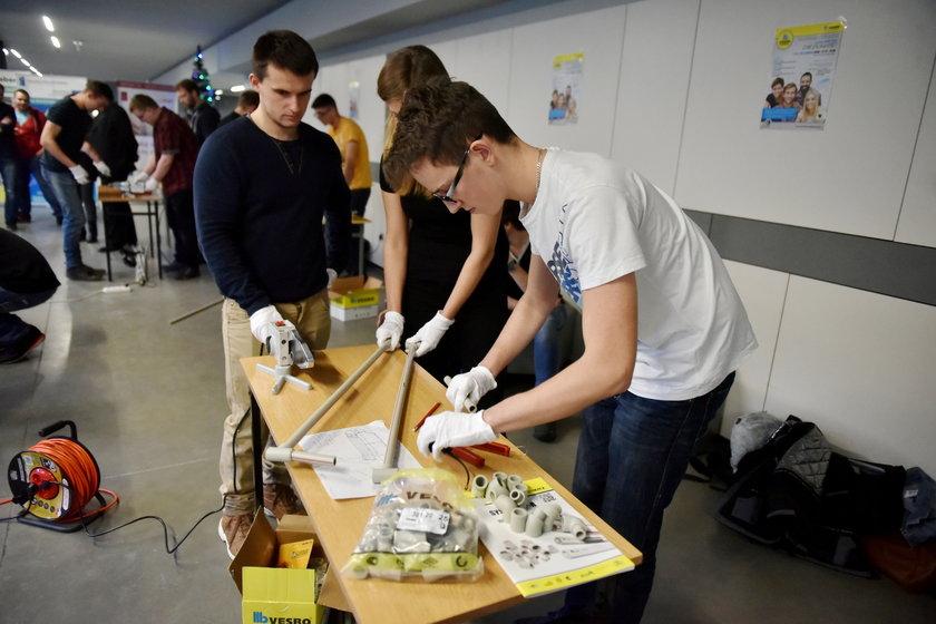 """Studenci zbudowali sanki z rurek kanalizacyjnych w ramach konkursu """"Zbuduj sanie przez zgrzewanie"""""""
