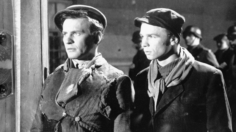 """Ryszard Kotys i Tadeusz Łomnicki na planie filmu """"Pokolenie"""" w 1955 r."""