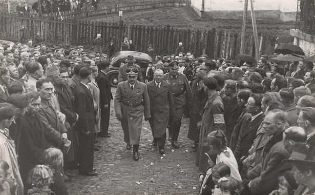 Starosta Hofstetter z gubernatorem Hansem Frankiem wchodzą do cerkwi greckokatolickiej w Sanoku, witani przez ochotników do SS-Galizien. Fot. Muzeum Historyczne Sanok