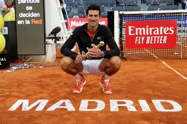 Novak Đoković sa unikatnim trofejom iz Madrida 2019. godine