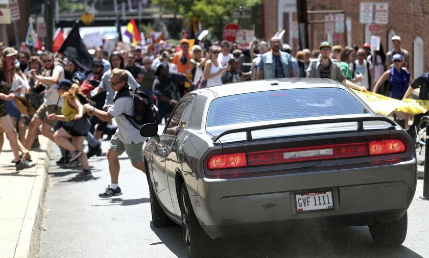 Samochód wjechał w tłum w Charlottesville. Są ranni