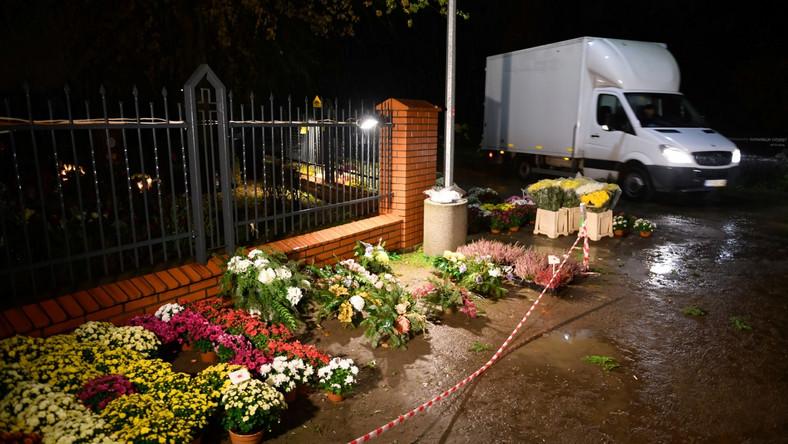 Kwiaty przed cmentarzem