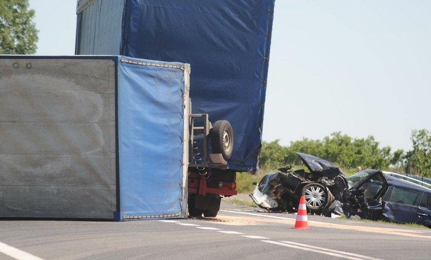 """Naczepa ciężarówki przewróciła się w poprzek krajowej """"trójki"""""""