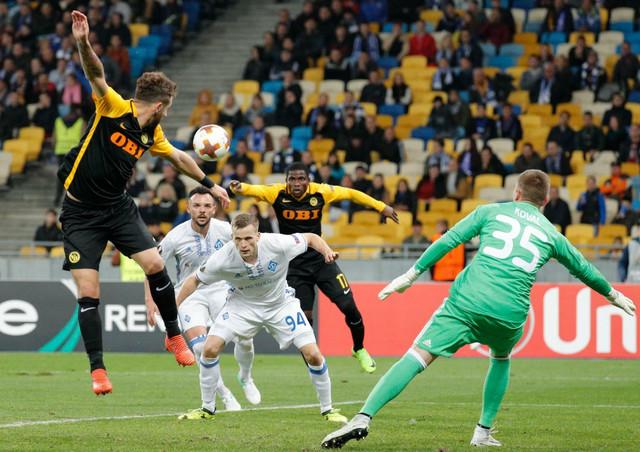 Miralem Sulejmani u borbi za loptu na meču sa Dinamom iz Kijeva
