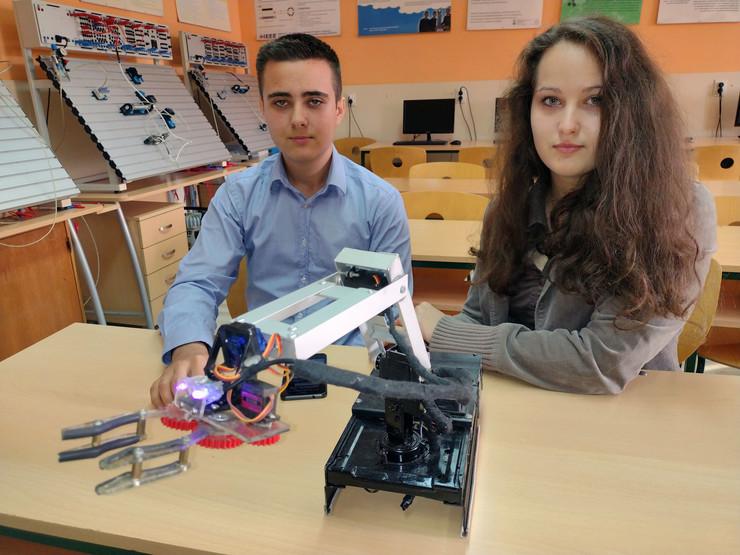 Veljko i Aleksandra Aleksić iz Pukovca kod Niša učenici koji su napravili robota za dezinfekciju prostorija
