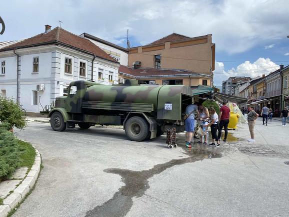 Slavine su suve zbog kvara izazvanog poplavama i zbog poplavljenog područja nije moguće prići glavnom vodozahvatu kako bi se regulisao dovod vode na postrojenju za preradu vode. Zato su grad stigle cisterne.
