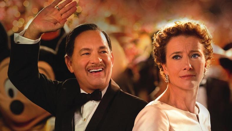 Ponoć przez długie dwadzieścia lat Disney namawiał pannę Travers do udzielenia zgody na przeniesienie postaci Mary Poppins na ekran. Wreszcie pisarka zmuszona trudnościami finansowymi uległa. I potem przez kolejnych dwadzieścia lat wytrwale odmawiała złożenia podpisu pod innymi stosownymi umowami, blokując tym samym próby realizacji sequela