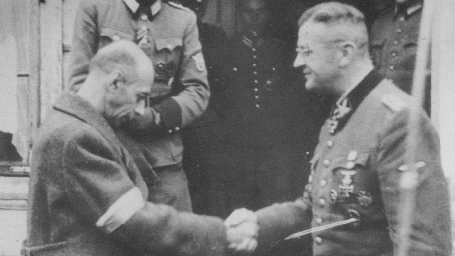 """Komendant Główny AK, generał Tadeusz """"Bór"""" Komorowski, po spotkaniu z SS-Obergrupenführerem Erichem von dem Bach-Zelewskim w jego kwaterze w Ożarowie Mazowieckim. 4 października 1944 (domena publiczna)"""